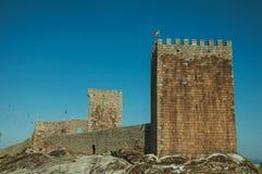 Πέτρινος τοίχος και τετραγωνικός πύργος από το κάστρο πέρα από το δύσκολο λόφο στοκ φωτογραφίες με δικαίωμα ελεύθερης χρήσης