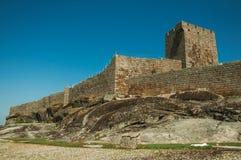 Πέτρινος τοίχος και τετραγωνικός πύργος από το κάστρο πέρα από το δύσκολο λόφο στοκ φωτογραφία