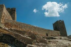 Πέτρινος τοίχος και τετραγωνικός πύργος από το κάστρο πέρα από το δύσκολο λόφο στοκ φωτογραφία με δικαίωμα ελεύθερης χρήσης