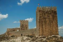 Πέτρινος τοίχος και τετραγωνικός πύργος από το κάστρο πέρα από το δύσκολο λόφο στοκ εικόνες