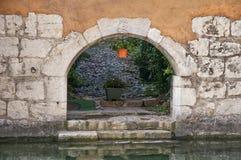 Πέτρινος τοίχος με την αψίδα στο Annecy, Γαλλία στοκ εικόνα με δικαίωμα ελεύθερης χρήσης