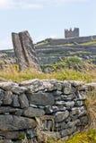 Πέτρινος τοίχος με τις καταστροφές του κάστρου Ο ` Brien ` s στο υπόβαθρο, ν Inisheer, νησιά Aran, Ιρλανδία Στοκ Εικόνα