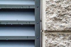Πέτρινος τοίχος με τους τυφλούς μετάλλων Στοκ Εικόνα