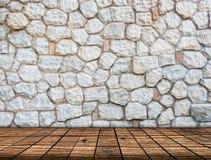 Πέτρινος τοίχος στο ξύλινο εσωτερικό δωματίων πατωμάτων στοκ εικόνα με δικαίωμα ελεύθερης χρήσης