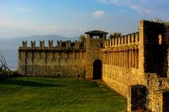 Πέτρινος τοίχος του κάστρου στο λόφο Ιταλία, Angera Castle Rocca Di Angera Στοκ Εικόνες