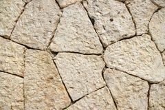 Πέτρινος τοίχος φιαγμένος από επεξεργασμένες πέτρες Στοκ Φωτογραφίες