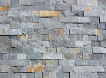 Πέτρινος τοίχος φιαγμένος από φυσικά τούβλα βράχου Το χρώμα είναι γκρίζο με τα πορτοκαλιά σημεία στοκ φωτογραφίες με δικαίωμα ελεύθερης χρήσης