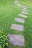 Πέτρινος τρόπος περιπάτων μεταξύ της χλόης Στοκ φωτογραφία με δικαίωμα ελεύθερης χρήσης