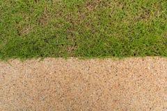 Πέτρινος τρόπος περιπάτων στην πράσινη χλόη Στοκ φωτογραφία με δικαίωμα ελεύθερης χρήσης