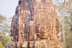 Πέτρινο άγαλμα προσώπου στον αρχαίο ναό Angkor Thom, Καμπότζη Bayon Στοκ Φωτογραφία