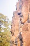 Πέτρινο άγαλμα προσώπου στον αρχαίο ναό Angkor Thom, Καμπότζη Bayon Στοκ Εικόνα