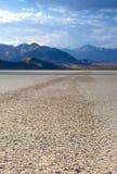 Πέτρινο ίχνος στην ξηρά λίμνη Playa πιστών αγώνων στην κοιλάδα θανάτου εθνική Στοκ Εικόνες