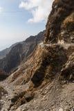 Πέτρινο βουνό με το δρόμο και το υπόβαθρο στο βουνό και μπλε ουρανός το χειμώνα κοντά στον τρόπο στη λίμνη Tsomgo σε Gangtok Sikk Στοκ Φωτογραφίες
