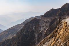Πέτρινο βουνό με το δρόμο και το υπόβαθρο στο βουνό και μπλε ουρανός το χειμώνα κοντά στον τρόπο στη λίμνη Tsomgo σε Gangtok Sikk Στοκ Εικόνες