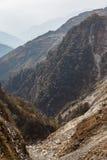 Πέτρινο βουνό με το δρόμο και το υπόβαθρο στο βουνό και μπλε ουρανός το χειμώνα κοντά στον τρόπο στη λίμνη Tsomgo σε Gangtok Sikk Στοκ φωτογραφία με δικαίωμα ελεύθερης χρήσης