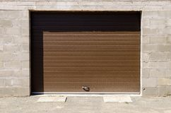 Πέτρινο γκαράζ με την πόρτα τυφλών κυλίνδρων Στοκ εικόνα με δικαίωμα ελεύθερης χρήσης