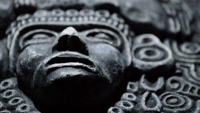 Πέτρινο γλυπτό του προσώπου του αρχαίου νότου τέχνης - τα αμερικανικά αζτέκικα, inca, olmeca απόθεμα βίντεο