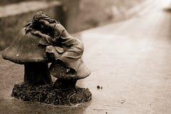 Πέτρινο ειδώλιο ενός μικρού κοριτσιού Στοκ Εικόνες
