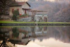 Πέτρινο εξοχικό σπίτι στη λίμνη Sirio, καφετιά χρώματα, ειρηνική ατμόσφαιρα Στοκ Φωτογραφία