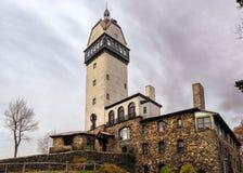 Πέτρινο εξοχικό σπίτι τοίχων με τον πύργο τη σκοτεινή νεφελώδη ημέρα στοκ φωτογραφία