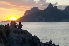 Πέτρινο ηλιοβασίλεμα (Arpoador) σε Ipanema, Ρίο ντε Τζανέιρο Στοκ Φωτογραφία