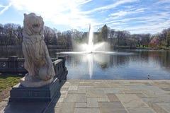 Πέτρινο λιοντάρι μπροστά από την πηγή νερού Στοκ Εικόνα