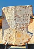 Πέτρινο μνημείο με την αναφορά Pontius Pilate κοντά στο παλάτι Herod στο εθνικό πάρκο της Καισάρειας Maritima στοκ εικόνες