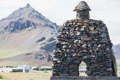 Πέτρινο μνημείο στο μυθολογικό ήρωα bardur στο arnarstapi Στοκ φωτογραφίες με δικαίωμα ελεύθερης χρήσης