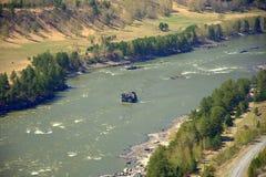 Πέτρινο νησί στο κέντρο της κοίτης ενός ποταμού βουνών r o στοκ εικόνα με δικαίωμα ελεύθερης χρήσης