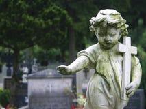 Πέτρινο παιδί αγαλμάτων Στοκ εικόνα με δικαίωμα ελεύθερης χρήσης