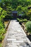 Πέτρινο πεζοδρόμιο του ιαπωνικού κήπου, Κιότο Ιαπωνία Στοκ εικόνα με δικαίωμα ελεύθερης χρήσης