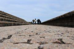 Πέτρινο περπάτημα δρόμων και οικογενειών στοκ φωτογραφία με δικαίωμα ελεύθερης χρήσης