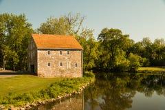 Πέτρινο σπίτι δίπλα σε έναν άνεμος ποταμό στοκ φωτογραφίες
