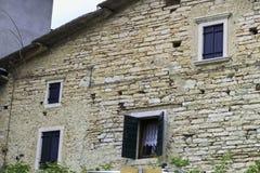 Πέτρινο σπίτι στα ιταλικά σπίτια βουνών στοκ εικόνες