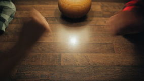 Πέτρινο ψαλίδι εγγράφου παιχνιδιών φιλμ μικρού μήκους
