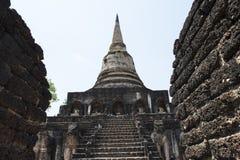 Πέτρινο stupa στο αρχαιολογικό πάρκο των βουδιστικών ναών Si Satchanalai, Ταϊλάνδη Στοκ εικόνες με δικαίωμα ελεύθερης χρήσης