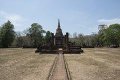 Πέτρινο stupa στο αρχαιολογικό πάρκο των βουδιστικών ναών Si Satchanalai, Ταϊλάνδη Στοκ Φωτογραφία