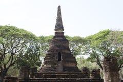 Πέτρινο stupa στο αρχαιολογικό πάρκο των βουδιστικών ναών Si Satchanalai, Ταϊλάνδη Στοκ Εικόνες