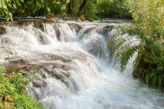 Πέφτοντας απότομα καταρράκτης στο εθνικό πάρκο Krka, Κροατία Στοκ φωτογραφία με δικαίωμα ελεύθερης χρήσης