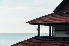 Πέφτοντας απότομα κόκκινη στέγη του ξενοδοχείου στην Ασία ενάντια στον ουρανό Στοκ Εικόνες