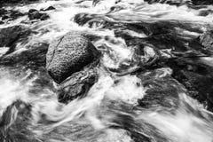 Πέφτοντας απότομα ποταμός βουνών Στοκ Εικόνες