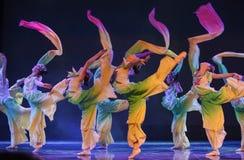 Πέφτω-λουλούδια πετάλων ο χαμόγελο-εθνικός λαϊκός χορός Στοκ Εικόνες