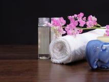 Πήκτωμα λουτρών, πετσέτα, και aromatherapy κερί Στοκ Εικόνες