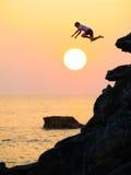 Πήδημα θάλασσας ηλιοβασιλέματος Στοκ Φωτογραφία