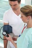 πίεση νοσοκόμων αίματος που παίρνει τις νεολαίες Στοκ φωτογραφίες με δικαίωμα ελεύθερης χρήσης