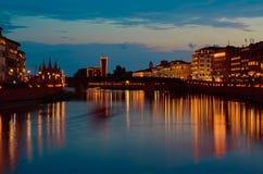 Πίζα από τον ποταμό Arno τη νύχτα, με τα μνημεία που πλαισιώνονται Στοκ Εικόνα