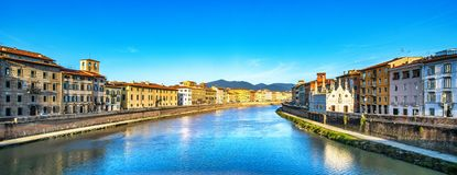 Πίζα, ηλιοβασίλεμα ποταμών Arno Εκκλησία ράχης Lungarno και della της Σάντα Μαρία Ιταλία Τοσκάνη στοκ εικόνες