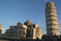 Πίζα, Ιταλίας - 03,2017 Σεπτεμβρίου: Όμορφοι πύργος της Πίζας και καθεδρικός ναός της Πίζας στο μπλε ουρανό στοκ εικόνες