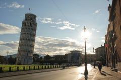 Πίζα, Ιταλίας - 03,2017 Σεπτεμβρίου: Όμορφος πύργος της Πίζας σε μια ηλιόλουστη ημέρα με το μπλε ουρανό και το σύννεφο στοκ φωτογραφία