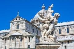 Πίζα Duomo και η πηγή με τους αγγέλους στην Πίζα Στοκ Εικόνες